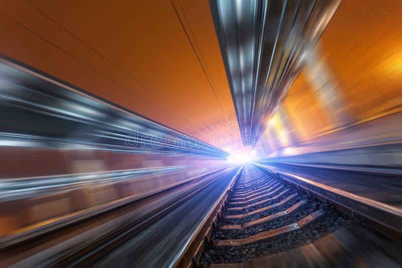 Download Σιδηροδρομικός σταθμός τη νύχτα με την επίδραση θαμπάδων κινήσεων σιδηρόδρομος Στοκ Εικόνα - εικόνα από σύγχρονος, αποχής: 62707603