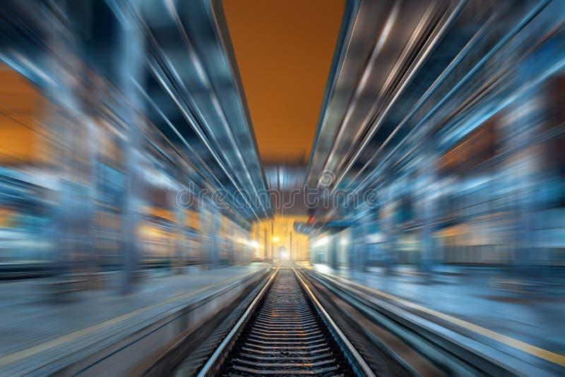 Download Σιδηροδρομικός σταθμός τη νύχτα με την επίδραση θαμπάδων κινήσεων σιδηρόδρομος Στοκ Εικόνα - εικόνα από νύχτα, ομίχλη: 62707645
