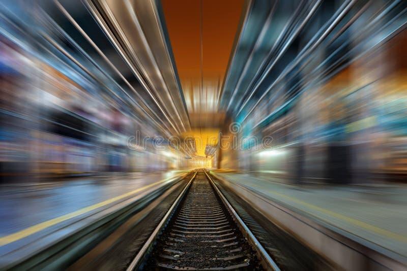 Download Σιδηροδρομικός σταθμός τη νύχτα με την επίδραση θαμπάδων κινήσεων σιδηρόδρομος Στοκ Εικόνα - εικόνα από παράδοση, αποχής: 62707665
