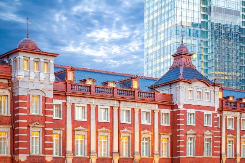 Σιδηροδρομικός σταθμός του Τόκιο και υψηλό κτήριο ανόδου του Τόκιο στοκ εικόνα με δικαίωμα ελεύθερης χρήσης