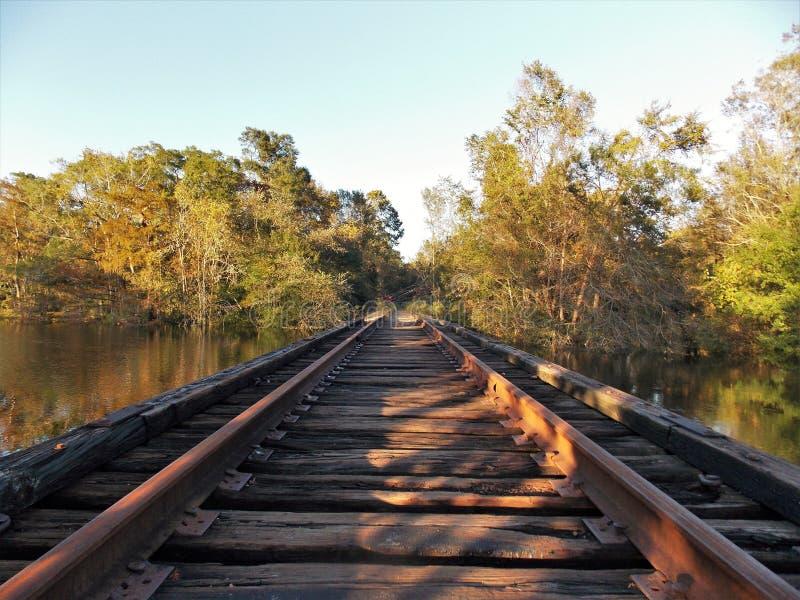 Σιδηρόδρομος πέρα από το νερό στοκ φωτογραφία με δικαίωμα ελεύθερης χρήσης