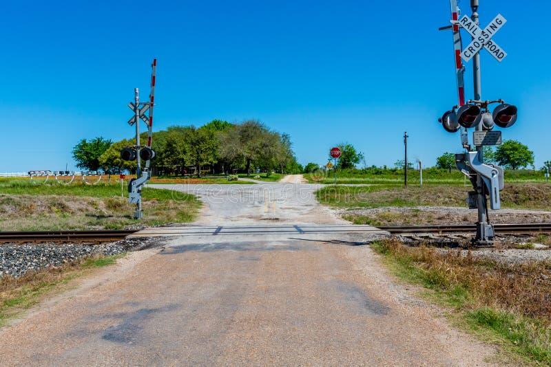Σιδηρόδρομος που διασχίζει στην παλαιά εθνική οδό του Τέξας στοκ εικόνα