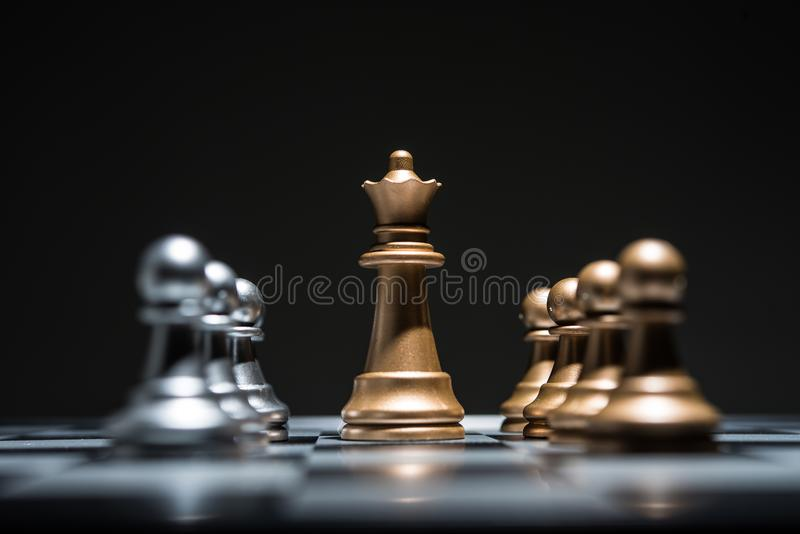 Σκάκι που φωτογραφίζεται παιχνίδι στη σκακιέρα ενώ το αρχίζει στοκ εικόνα