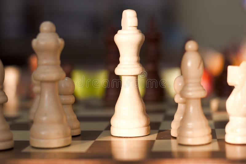 Σκάκι που φωτογραφίζεται σε έναν πίνακα σκακιού στοκ φωτογραφίες