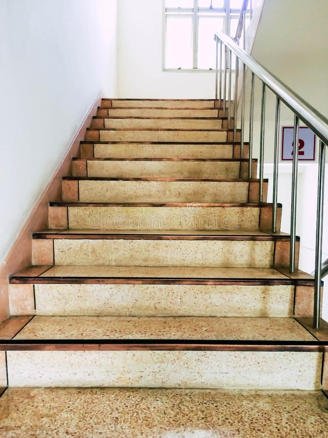 Σκάλα - έξοδος κινδύνου στο γραφείο, εσωτερικές σκάλες, ξενοδοχείο εσωτερικών κλιμακοστασίων, Σκάλα στο σύγχρονο σπίτι στοκ εικόνες