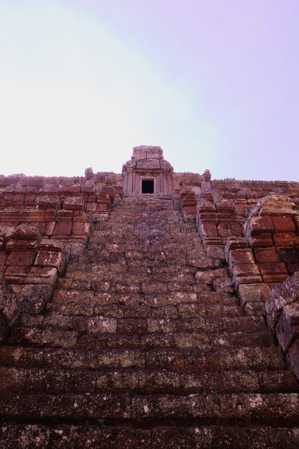 Σκάλα αρχαίο ινδό να καταλήξει ναών Οι καταστροφές ενός μεσαιωνικού Khmer ναού Δομή πετρών στοκ εικόνα