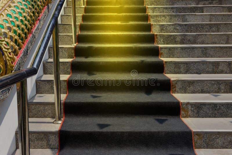 Σκάλα επάνω με το μαύρο τάπητα στοκ φωτογραφία με δικαίωμα ελεύθερης χρήσης