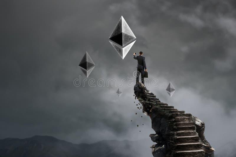 Σκάλα επιτυχίας Cryptocurrency στον ουρανό στοκ εικόνες