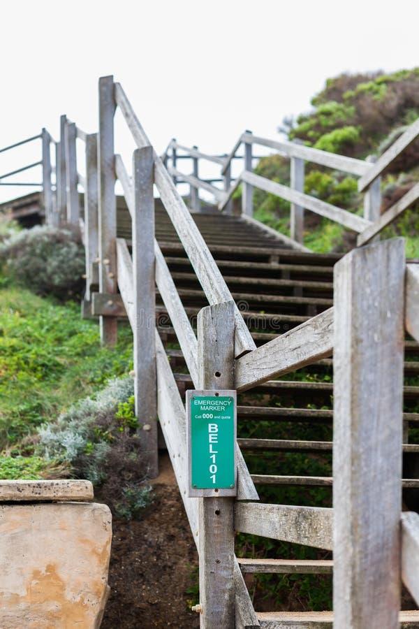 Σκάλα κάτω στην εικονική παραλία κουδουνιών με το δείκτη έκτακτης ανάγκης στοκ εικόνα με δικαίωμα ελεύθερης χρήσης
