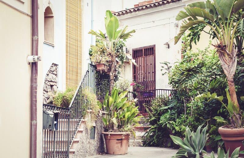 Σκάλα και εγκαταστάσεις στις σκάφες στο προαύλιο του σπιτιού σε Acitrezza, Κατάνια, Σικελία, Ιταλία στοκ φωτογραφία με δικαίωμα ελεύθερης χρήσης