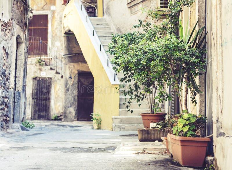 Σκάλα και εγκαταστάσεις στις σκάφες στο προαύλιο του σπιτιού στην Κατάνια, Σικελία, Ιταλία στοκ εικόνες