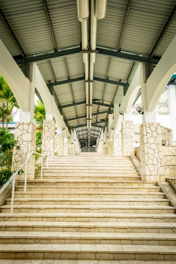 Σκάλα κατά μήκος του εξωτερικού διαδρόμου διαδρόμων με το πλήρεις ανώτατο όριο, τους φωτισμούς και τα κοu'φώματα επάνω από και κα στοκ φωτογραφία