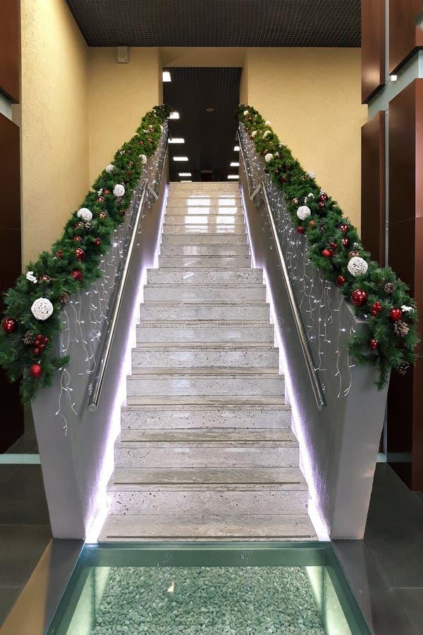 Σκάλα με τη γιρλάντα Χριστουγέννων στοκ εικόνες