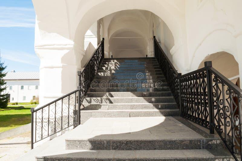 Σκάλα με το παλαιό κιγκλίδωμα επεξεργασμένου σιδήρου στο stauropegic μοναστήρι του Nicholas Vyazhischsky σε Veliky Novgorod, Ρωσί στοκ φωτογραφίες