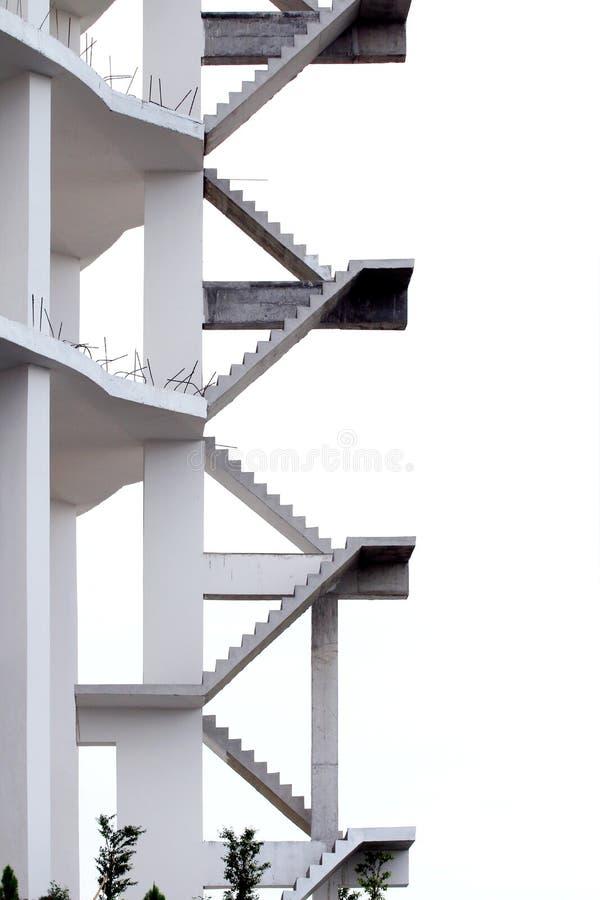 Σκάλα στο κτήριο, εργοτάξιο οικοδομής οικοδόμησης στο άσπρο υπόβαθρο στοκ φωτογραφία