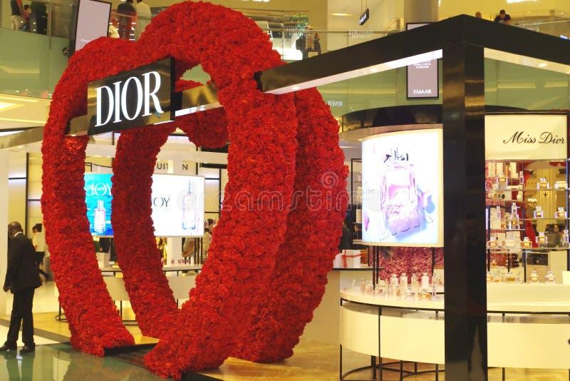 Σκάστε επάνω τη δομή μέσα σε μια λεωφόρο για να προωθήσετε το εμπορικό σήμα Το Dior είναι ένα ευρωπαϊκό μέρος επιχείρησης αγαθών  στοκ εικόνα με δικαίωμα ελεύθερης χρήσης
