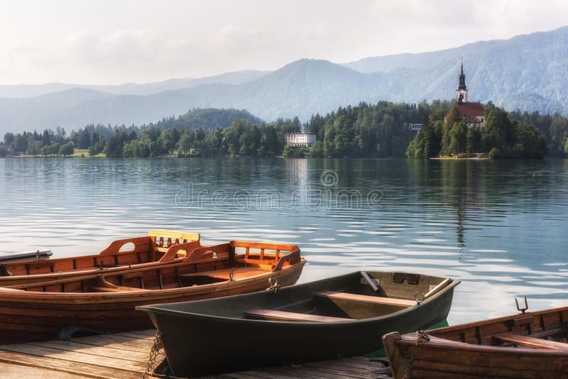 Σκάφη αναψυχής στην όμορφη αλπική λίμνη που αιμορραγείται, Σλοβενία στοκ εικόνα με δικαίωμα ελεύθερης χρήσης