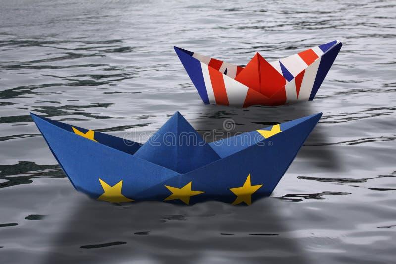 Σκάφη εγγράφου που γίνονται ως Ευρωπαϊκή Ένωση και βρετανικές σημαίες που πλέουν δίπλα-δίπλα στο νερό - έννοια που παρουσιάζει τη διανυσματική απεικόνιση