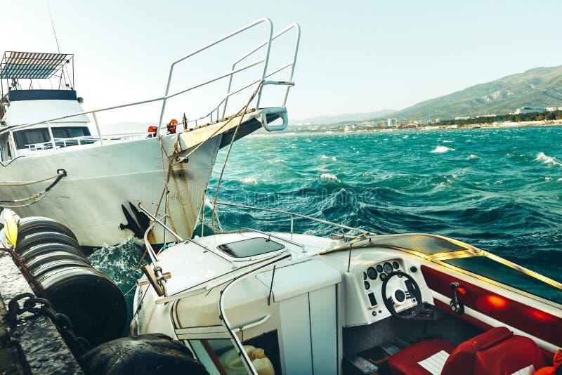 Σκάφη στην αποβάθρα στο θυελλώδη καιρό στοκ εικόνα