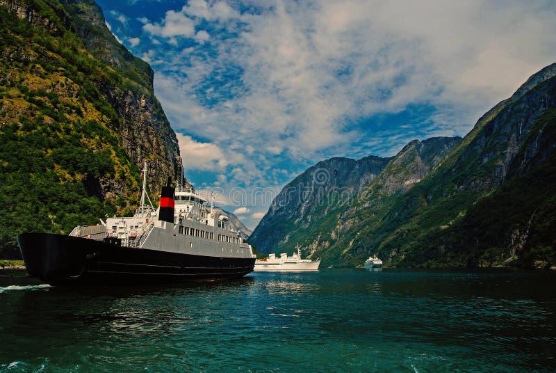 Σκάφη στη θάλασσα ακτή βουνών σε Homersfag, Ηνωμένο Βασίλειο Κρουαζιερόπλοια στο λιμάνι θάλασσας Προορισμός και ταξίδι κρουαζιέρα στοκ φωτογραφίες με δικαίωμα ελεύθερης χρήσης
