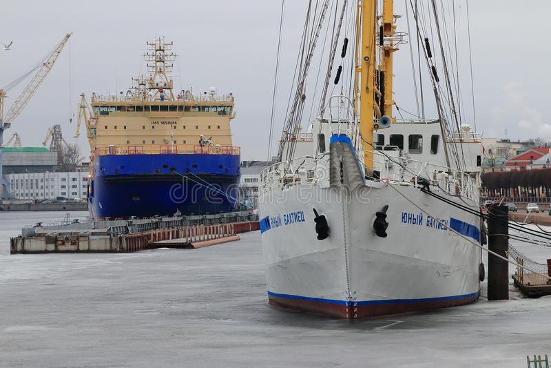 Σκάφη στο παγωμένο Neva στοκ εικόνες