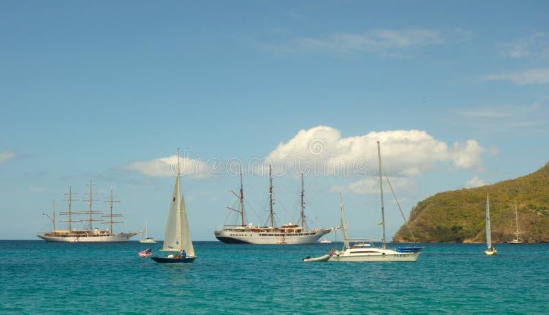 Σκάφη σύννεφων θάλασσας μαζί στον κόλπο ναυαρχείου, Bequia στοκ εικόνα