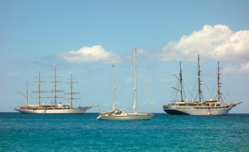 Σκάφη σύννεφων θάλασσας μαζί στον κόλπο ναυαρχείου, Bequia στοκ φωτογραφίες
