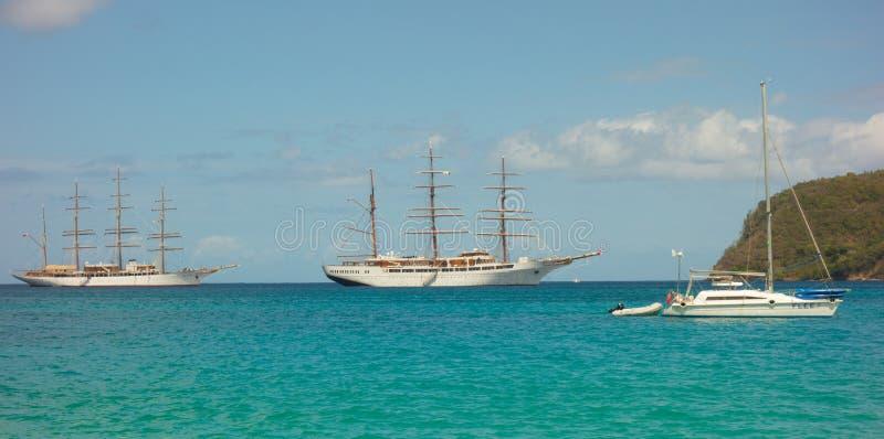 Σκάφη σύννεφων θάλασσας μαζί στον κόλπο ναυαρχείου, Bequia στοκ εικόνες
