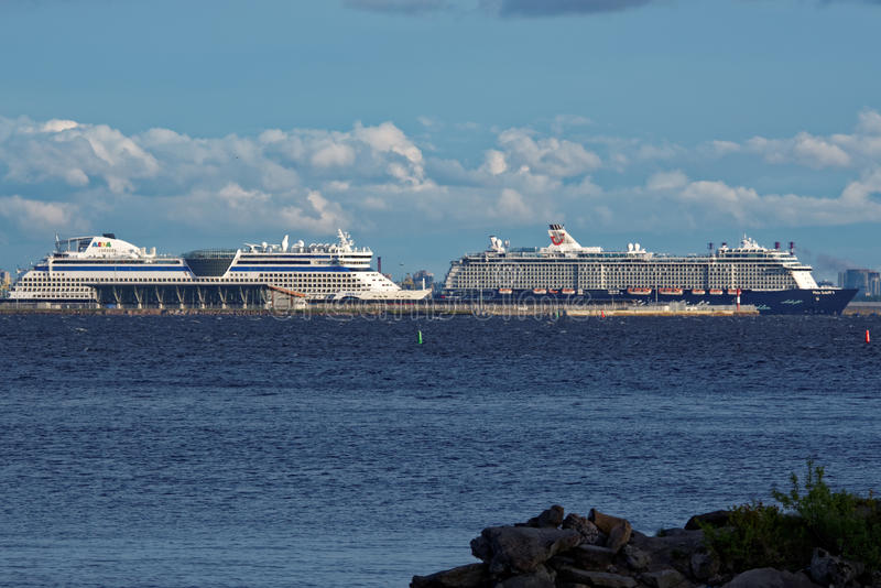 Σκάφη της γραμμής κρουαζιέρας στο λιμένα επιβατών Αγίου Πετρούπολη, Ρωσία στοκ φωτογραφία με δικαίωμα ελεύθερης χρήσης