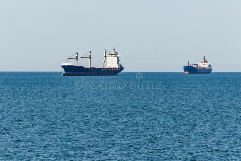 Σκάφη φορτίου στο δρόμο τους στο λιμένα του Αμβούργο στοκ φωτογραφία
