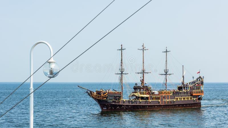 Σκάφος αναψυχής, που σχεδιάζεται στο παλαιό ύφος φρεγάτων πειρατών στοκ φωτογραφίες με δικαίωμα ελεύθερης χρήσης