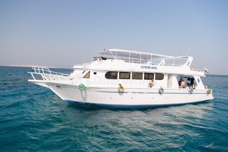 Σκάφος αναψυχής στη θάλασσα ή το ωκεάνιο νερό Σκάφος στον ηλιόλουστο μπλε ουρανό Ταξίδι στο ταχύπλοο σκάφος διακοπών Θερινές διακ στοκ εικόνες