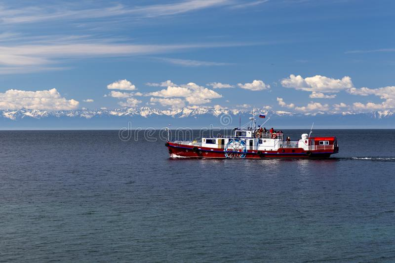 Σκάφος αναψυχής στη λίμνη Baikal στοκ φωτογραφία με δικαίωμα ελεύθερης χρήσης