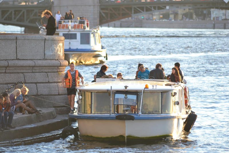 Σκάφος αναψυχής στον ποταμό Neva στοκ εικόνα με δικαίωμα ελεύθερης χρήσης