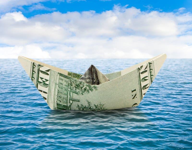 Σκάφος από τα χρήματα στο νερό στοκ εικόνες