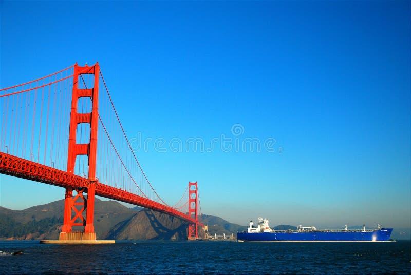 Σκάφος βυτιοφόρων και η χρυσή πύλη στοκ φωτογραφίες με δικαίωμα ελεύθερης χρήσης
