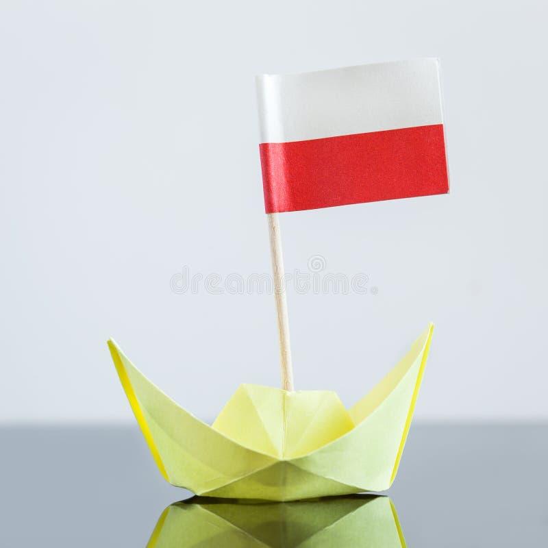 Σκάφος εγγράφου με τη σημαία στιλβωτικής ουσίας στοκ φωτογραφίες με δικαίωμα ελεύθερης χρήσης