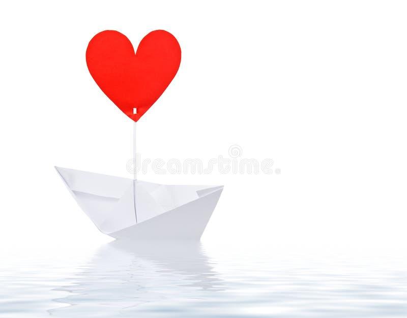 Σκάφος εγγράφου με το κόκκινο πανί καρδιών στοκ φωτογραφία με δικαίωμα ελεύθερης χρήσης