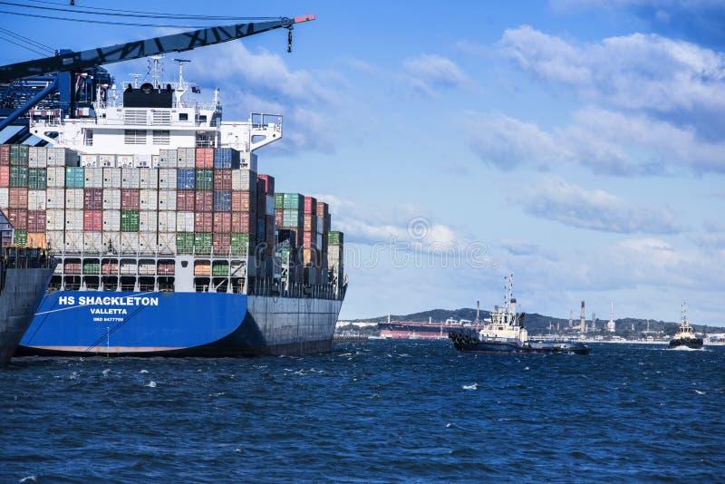Σκάφος εμπορευματοκιβωτίων έτοιμο για την αναχώρηση στοκ φωτογραφία