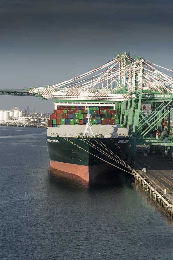 Σκάφος εμπορευματοκιβωτίων, πάντα λαμπρό, στο λιμένα του Λος Άντζελες SAN Pedro στοκ εικόνες