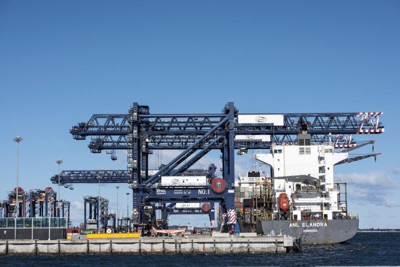 Σκάφος εμπορευματοκιβωτίων που ελλιμενίζεται στο λιμένα φορτίου στοκ εικόνα