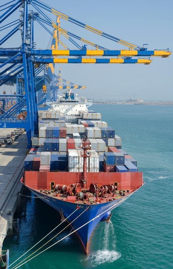 Σκάφος εμπορευματοκιβωτίων στο λιμένα στοκ φωτογραφίες με δικαίωμα ελεύθερης χρήσης