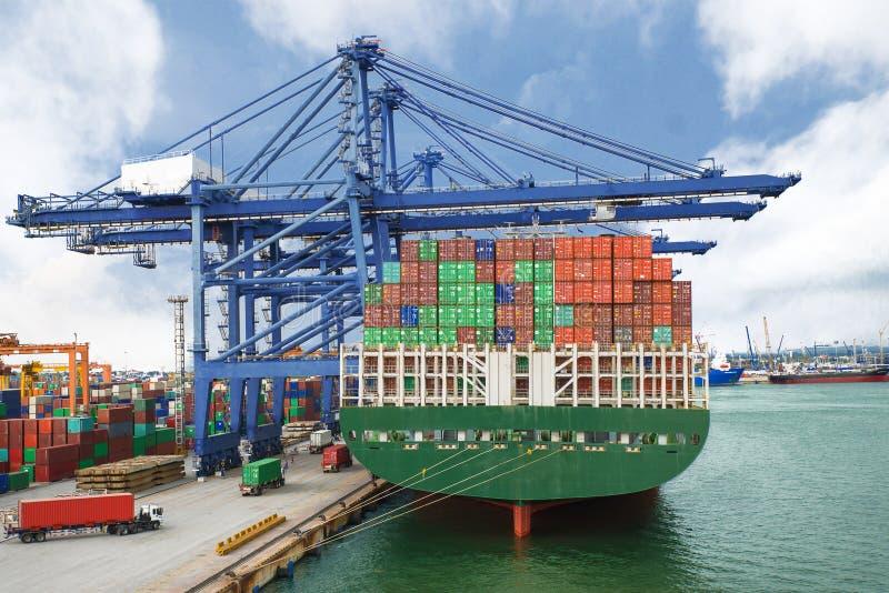 Σκάφος εμπορευματοκιβωτίων στο τερματικό που λειτουργεί με το γερανό ακτών στην αποβάθρα στοκ φωτογραφία με δικαίωμα ελεύθερης χρήσης