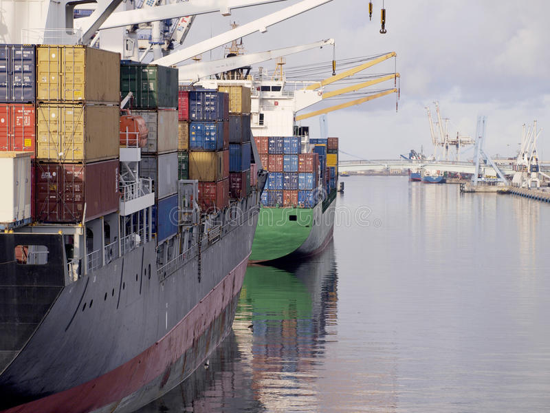 Σκάφος εμπορευματοκιβωτίων δύο που περιμένει να πλεύσει μετά από το φορτίο στο λιμένα. στοκ εικόνες με δικαίωμα ελεύθερης χρήσης
