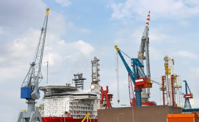 Σκάφος και γερανός στο ναυπηγείο στοκ εικόνα με δικαίωμα ελεύθερης χρήσης