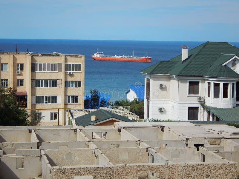 Σκάφος κοντά στην ακτή στοκ φωτογραφίες