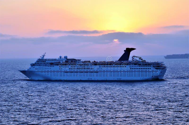 Σκάφος κρουαζιέρας πολυτέλειας εν πλω κατά τη διάρκεια του ηλιοβασιλέματος στοκ φωτογραφία με δικαίωμα ελεύθερης χρήσης