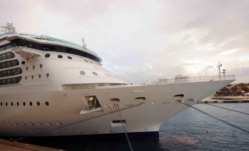 Download σκάφος λιμένων κρουαζιέρας στοκ εικόνα. εικόνα από άσπρος - 22791019