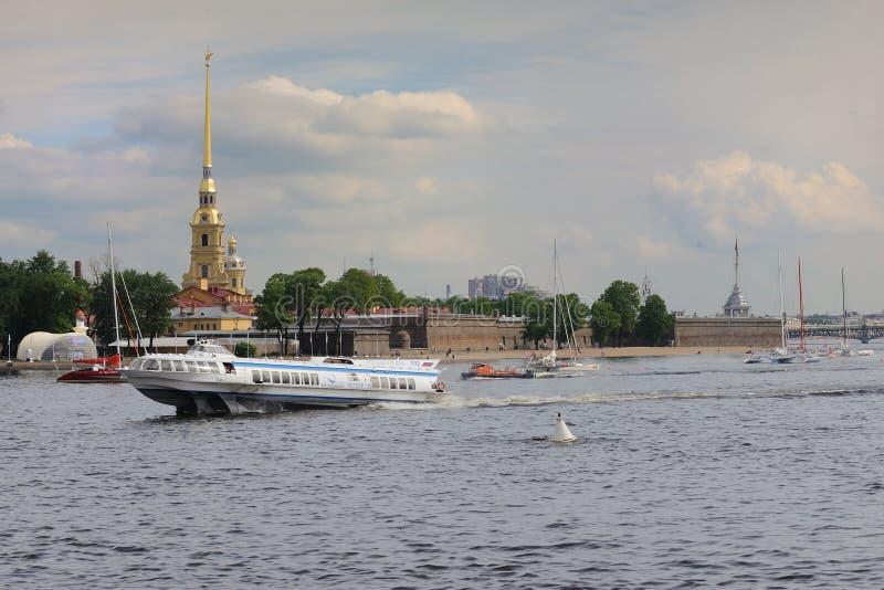 Σκάφος μετεωριτών στον ποταμό Αγία Πετρούπολη Ρωσία Neva στοκ φωτογραφία