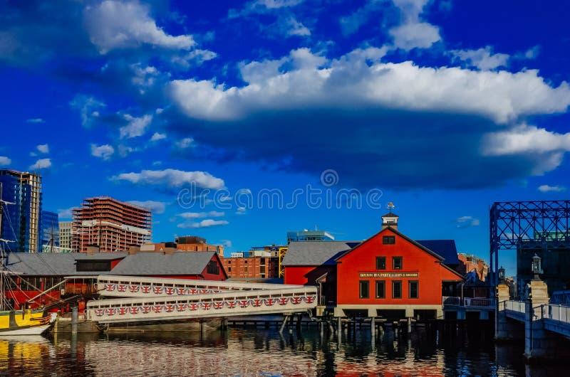 Σκάφος & μουσείο κόμματος τσαγιού της Βοστώνης πέρα από το κανάλι σημείου οχυρών στη Βοστώνη στοκ φωτογραφίες